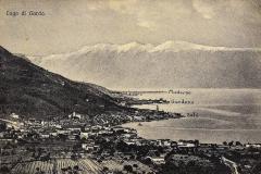 Vista della riva bresciana del lago di garda, sullo sfondo il monte Baldo